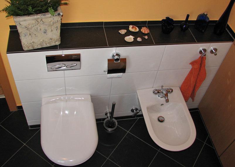 Schön Bad Mit Duschkabine Im Mosaikmuster Toilette Und BD Im Badezimmer ...